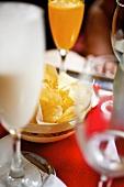 Kartoffelchips und verschiedene Getränke