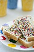 Halbe Toastscheiben mit bunten Zuckerstreusel
