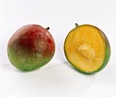Eine ganze und eine halbe Mango