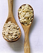 Rolled oats on two wooden spoons