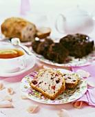 Heidelbeerkuchen mit Tee und Blütendeko