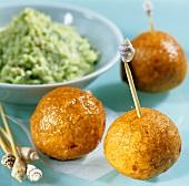 Deep-fried lentil balls with coconut chutney