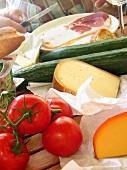 Tisch gedeckt mit Spezialitäten aus Frankreich