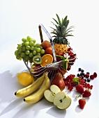Frische Früchte und Beeren in und vor Drahtkorb