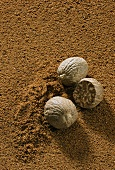 Muskatnüsse (Myristica fragrans), ganz und gemahlen
