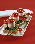 Eier mit Tomatenhütchen auf Schnittlauchbrot zu Sylvester