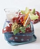 Gefülltes Pitabrot mit Hummus und Gemüse fürs Picknick