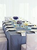 Gedeckter Tisch in den Farben Violett und Weiss