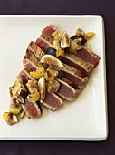 Seared tuna slices with figs