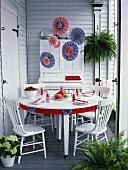 Gedeckter Tisch in den Farben Rot, Blau und Weiss