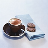 Tasse Cappucchino und zwei Kekse