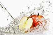 Frische Äpfel im Wasserstrahl
