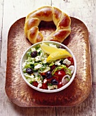 Coban Salatasi (Hirtensalat; Türkei) mit Hefekringel