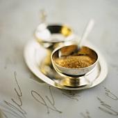 Brauner Zucker in Silberschale