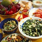 Salate aus dem Mittleren Osten mit Gurke, Koriander, Hähnchen