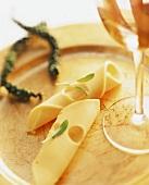 Käseröllchen mit Weissweinglas