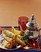 Pikant gefüllte Filoteigröllchen und Teekanne