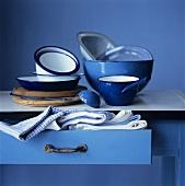 Kochutensilien in Blau und Weiss