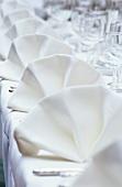 Stoffservietten auf festlich gedecktem Tisch