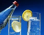 Sprudelndes Mineralwasser mit Zitronenscheibe