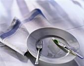 Weisser Teller mit Besteck