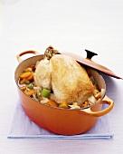 Pochiertes Hähnchen mit Gemüse im Schmortopf