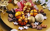 Weihnachtlicher Plätzchenteller mit Orangen