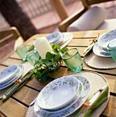 Ländlich gedeckter Tisch in grün-weissen Farben