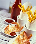 Cooked shrimps with ketchup and curried chips