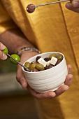 Eingelegte Oliven mit Feta