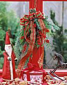 Aufgehängter Weihnachtsstrauss, Nikolaus und Schaukelpferd