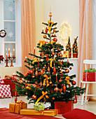 Geschmückter Weihnachtsbaum, darunter Päckchen