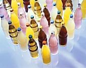 Verschiedene Getränke in Flaschen