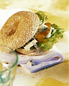 Bagel with Roquefort and mango chutney