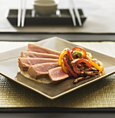 Half-raw tuna slices with vegetables