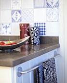 Arbeitsfläche mit Deko in einer Küche (Ausschnitt)