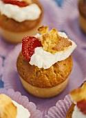 Kleingebäck mit Lemoncurd-Füllung, Sahne und Erdbeere