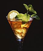 Drink mit Eiswürfeln, Minze und Zitronenscheibe