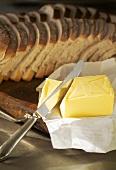 Butter und aufgeschnittenes Brot