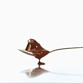 Schmelzende Schokolade fliesst vom Löffel