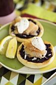 Caviar, onions, smoked salmon & crème fraîche on bread roll