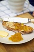 Brot mit Ananas-Zitronen-Marmelade