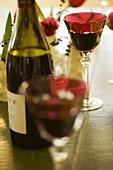 Rotweinflasche und Rotweingläser