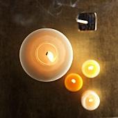 Brennende Kerzen & Räucherstäbchen