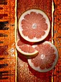 Zwei Grapefruitscheiben und ein Schnitz