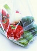Gemischtes Gemüse im Plastikbeutel