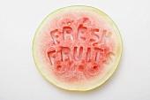 Wassermelonenscheibe mit Schrift 'Fresh Fruits'