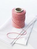 Eine Rolle Küchengarn auf Papierserviette