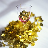 Table decoration with gold leaves and beads