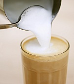 Pouring milk froth